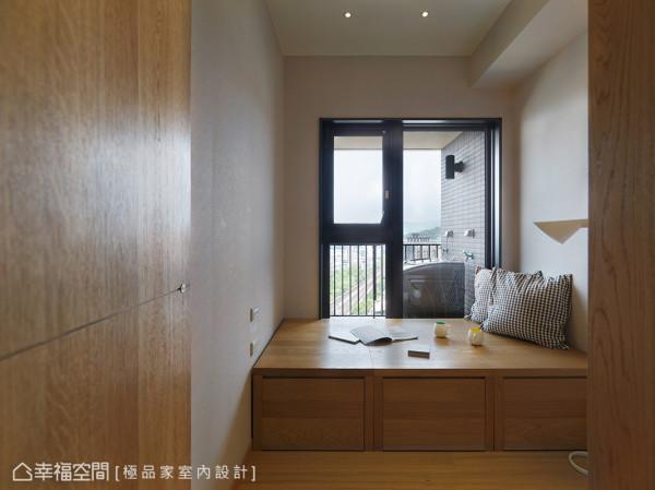 次卧室由三个可独立推拉的收纳柜所组成,既可分别推到客厅加强收纳功能,也可留在次卧成为床架。