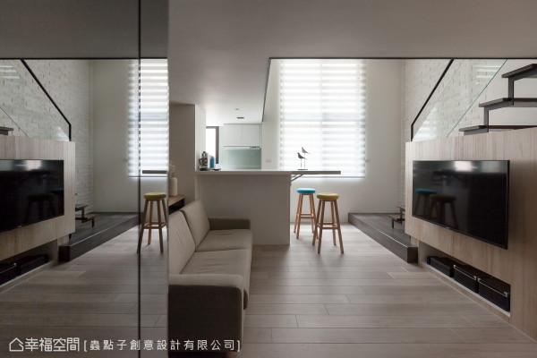 设计师郑明辉在入门玄关左侧,以整面式的镜面延伸空间尺度,作为穿衣镜的功能使用外,也巧妙隐藏了一间卫浴。