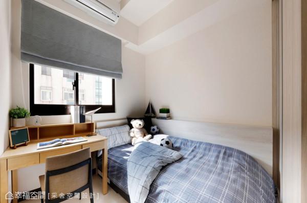本是最小间的客房,在杨诗韵设计师的巧思下,不仅成为机能完备的收纳空间,还能放入大尺寸的书桌使用!