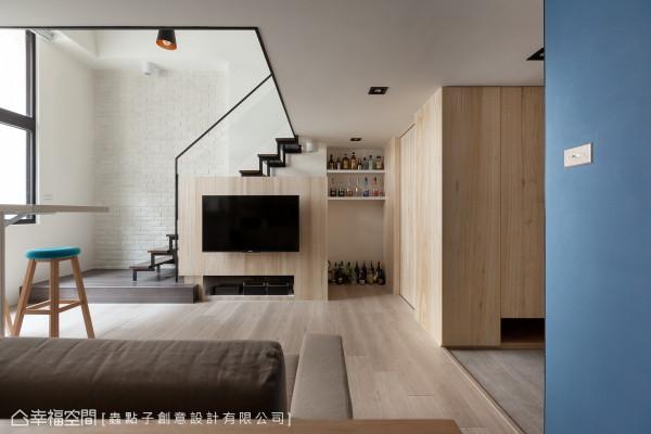 虫点子设计位移原先楼梯与电视墙位置,统整为空间中的主视觉意象。