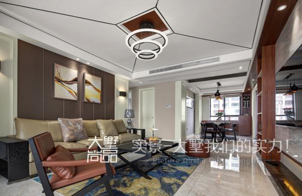 客厅的沙发背景与餐厅背景相呼应,吊顶边上的木色饰面板又将客餐厅连为一体,使整个空间层次分明又相互呼应。