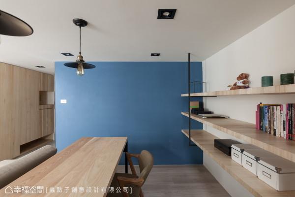 让书香伴佐着静谧的湖水蓝,设计师郑明辉以跳色的墙面来区分场域机能。