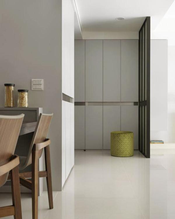 玄关采用了一排柜子用于收纳,既美观又实用,柜体中的腰带段落延伸入屏风线条,轻盈化的材质选用,预告了空间氛围。