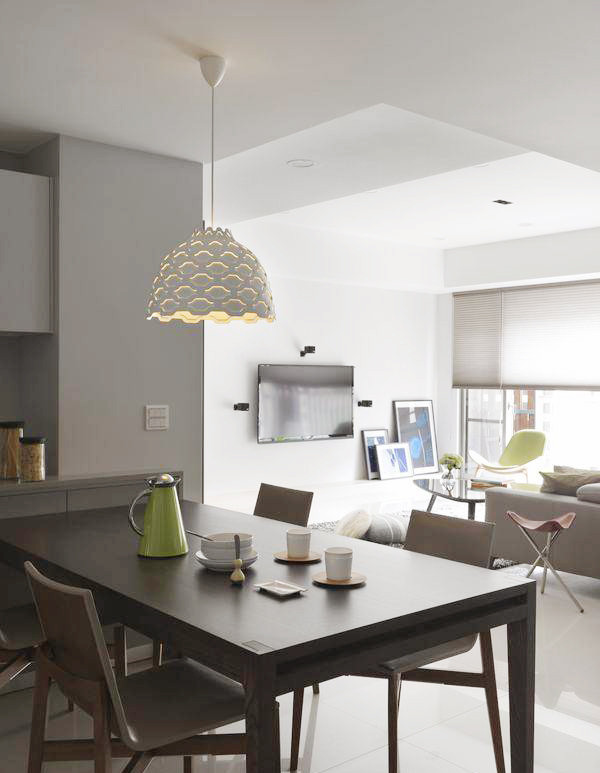 动线转折之中透过家私设定,公领域大方串联同时亦定义了用餐空间。餐厅的设计非常简洁朴素,白色的造型吊灯很吸睛。