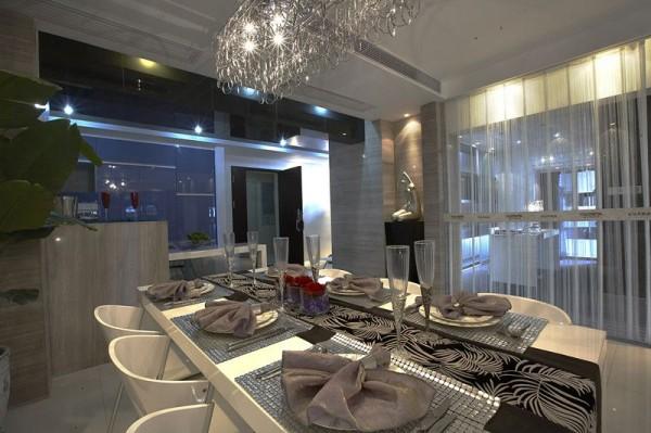 餐厅的设计,以银白色为主,条形水晶灯,增加餐厅的浪漫感