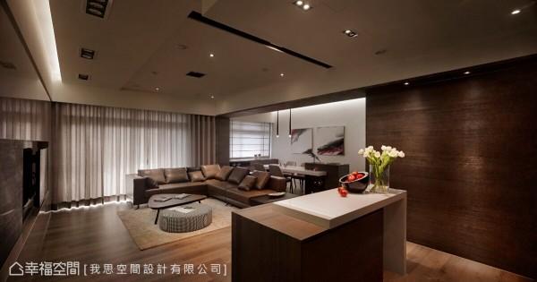 吧台区视为空间的轴点,串联客厅与厨房,也可以作为工作台面与备餐台等多功能使用。