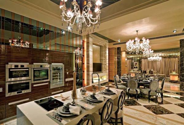 将传统欧式家居的奢华与现代家居的实用性完美地结合。壁炉自然不可或缺,它被安置在空间结构的交汇处,与一幅色彩鲜艳的油画相呼应,敞开式的客厅提供了一个视觉中心。