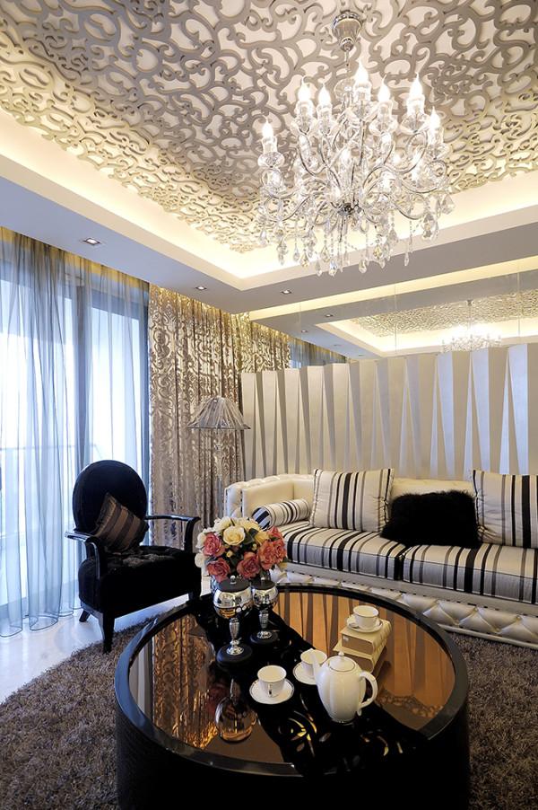 古典的花线也使现代的家具更加突出。餐厅的精致无处不在,从舒适别致的餐椅,到餐桌上的水晶花瓶、风情高脚杯,再到壁画、餐柜,每一样都是精选。