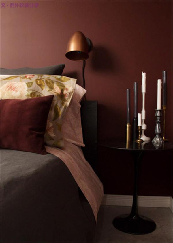 如果您正在寻找一个平静气氛的卧室,软装设计师推荐使用冷色调如:灰色、蓝色、绿色、紫色。 1、丰富的红棕色,我认为是一种很舒适的色彩,用来打造舒适卧室再适合不过了。