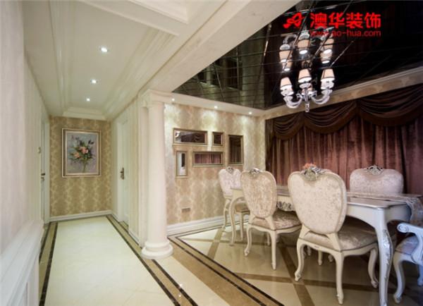 考虑到室内空高的局限性,设计师在餐厅吊顶选用了深色菱镜造型,既体现了时尚艺术气息,又起到了拉升空间的效果。而餐厅两侧标志性的罗马柱与之异曲同工,将整体风格烘托得淋漓尽致。