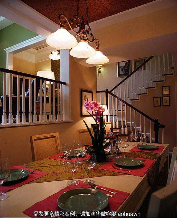 餐厅的设计善于利用灯光效果烘托温馨浪漫的氛围,红棕色木梁顶面透露出自然质朴之气,与桌面餐垫呼应,浓郁而厚重。