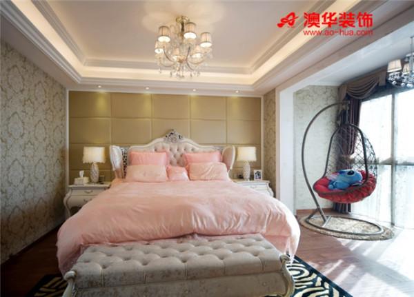 香槟色方格软包、大马士革花纹壁纸,搭配柔软粉色双人床,整体效果贵气当然而又丝毫不显张扬。由于阳台空间充足,设计师特意摆上一张藤木摇椅,添一笔惬意,少一丝乏味。