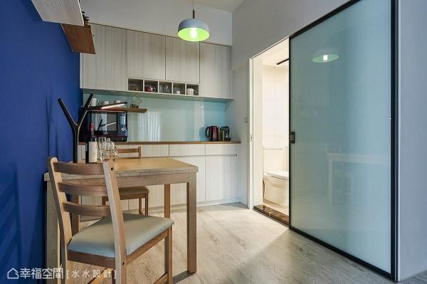 特别以加大的铝框拉门作为门片,关阖时可完全隐藏卫浴的入口动线。