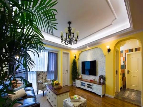 美式田园风,墙面选择暖暖的黄色,营造出休闲舒适的生活气息,在造型上做了一些拱形的门洞。