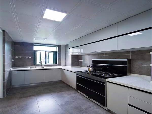 厨房黑白色调的橱柜。