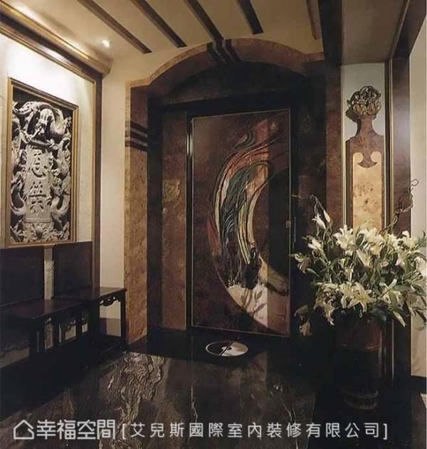 壁面镶嵌屋主收藏的石板,结合金色画框,创造出古时官宦人家的华贵气息,搭配拱门入口的造型,并以飞仙绘图妆点,流露出深厚的历史底蕴。