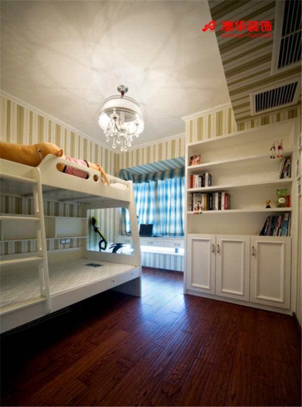 强调功能性的设计,简洁实用。果绿色条纹墙纸、湖蓝色波纹窗帘带动了空间活泼感。以飘窗为轴心定制的书桌既节省空间面积,又保证了充足的光线。