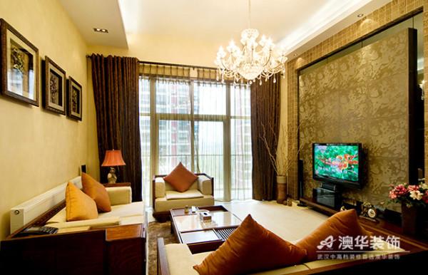 设计师采用高挑的深褐色夹纱落地窗帘,提升空间纵深感,彰显大气风范。客厅组合式沙发、墙面装饰画以及电视背景墙面硬包等,均以对称式布局手法,呈现出格调高雅,端庄丰华的东方艺术之美。
