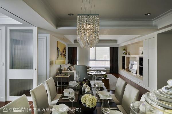 宸石室内装修透过不同的材质立面,像是玻璃、水晶灯,搭配温润的家具灯饰,堆栈出层次景深。