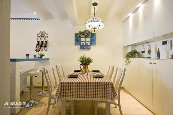 入户客厅,1/3区域被设计成开放式餐厅与休闲吧台,红白相间的格子布艺,蓝白色对比的装饰性窗户,加之复古琉璃灯以及铁艺饰品,整个空间妙趣横生。