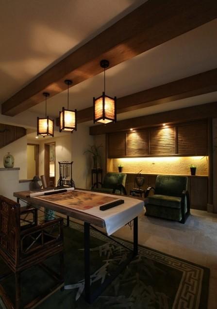 照明的设计是营造古典禅韵的一个重要方式,在吊灯的选择上偏向于带有中式色彩的灯具,射灯的妥善布置将典雅的灯光氛围融入成为空间的一部分,室内空间的层次感在灯光的布置下鲜明了起来。