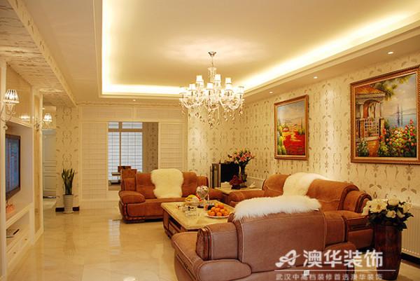 以简欧风格为主的客厅,光亮大理石地砖、浅色印花壁纸及卡其色绒面沙发,搭配水晶灯饰,呈现一派端庄、优雅、温馨的待客氛围。色泽浓郁饱满的金色镶边油画,再现空间艺术底蕴。