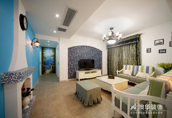 设计师运用马赛克瓷砖与湖蓝色壁纸将墙面打造成一处立体海洋景观,让业主如同身在家乡蔚蓝色的海岸与白色沙滩上,舒适而温暖。陈设、软装上,设计师选择了贴近自然的柔和色调,在灯光的捕捉下,意境悠远。