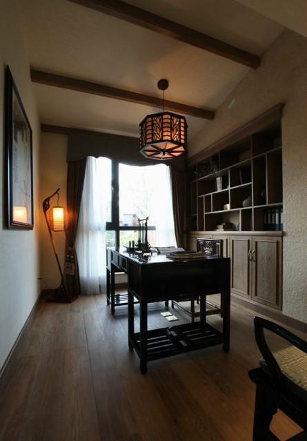 书房空间的设计细节与整体室内设计保持一致,包括地板、家具的风格以及吊顶的设计。内嵌式的博古架兼做书架,展现主人高雅的品位的同时,也让空间显得更加规则和宽敞,书桌同时也可以用于书画的创作。