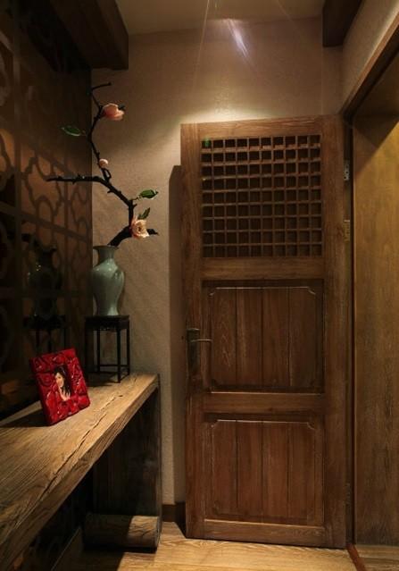 古朴的木门,典雅的木桌,优雅的花瓶,将人带入一个如诗如画的古典世界。