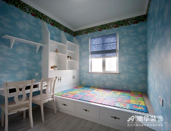 儿童房设计兼具实用与个性,清新空灵的蓝、浓郁饱满的绿、纯净明亮的白,打造出一个丰富多彩的成长空间。家具布置少而精,床、书柜、书桌一体化的设计组合,节约空间且整体美观。