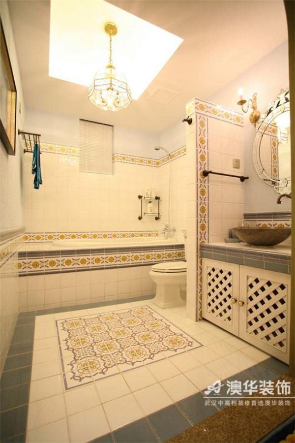 大面积白色瓷砖铺贴的墙地面上,蓝色与金黄色妆点的图案和线条带来丰富的视觉层次感。设计师借用灯光与镜面反射的效果,在清爽的空间里调和出光影流转的温馨暖意,赋予人踏实、平和的体验。