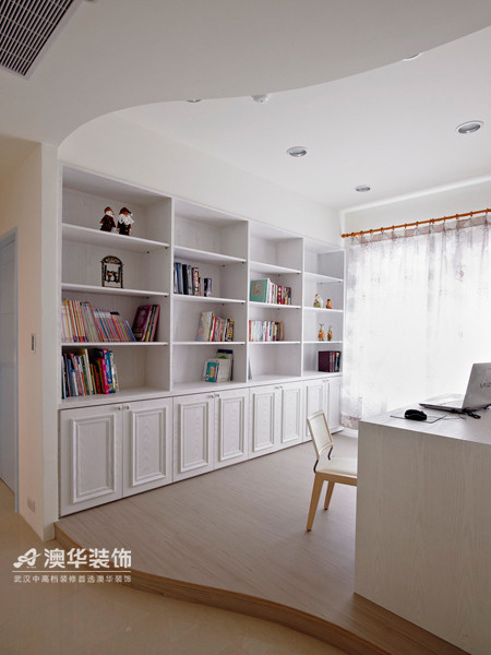 书房门框大胆采用不规则的圆弧造型设计,为居家空间带来更多变化性与趣味性。全房定制象牙白实木书柜,实现超强归类收纳,提升空间整洁度与美观度。