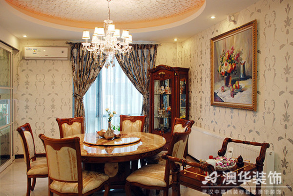 浅色系的主色调下,采用色泽深邃、沉稳厚重的美式家具及软装饰品来妆点丰富的层次空间,带给业主及客人一个温馨而极具生活品位的进餐环境。