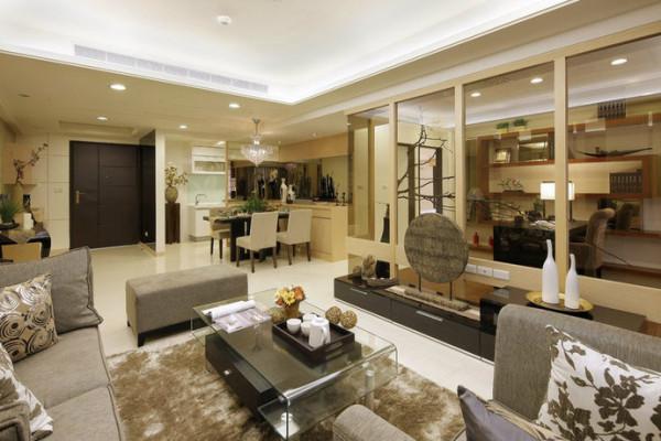 通透的茶色玻璃隔间,让客厅轻盈余裕,枯木同为两个介面的装饰符号,藉由枯木蔓延的自然底蕴释放空间,让住宅不再沉闷呆板,而显得生气活络
