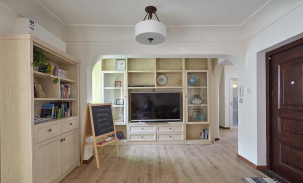 电视墙区域,电视墙主要是以储纳为主来设计师,用上原木的色柜体,和地面相呼应~