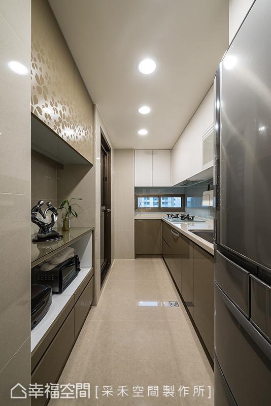 以白色与大地色系为主,烤漆门板作为左上方的收纳柜,面板上的雕花视觉呈现古典气息,点亮简约的室内氛围。