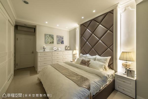 以白色系为基底,墙面饰以花瓶的写意画作,与柜体上的美学对象相互搭配,替纯白的空间带来画龙点睛之效。