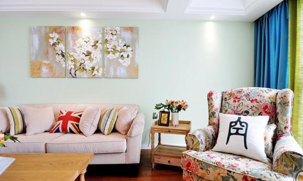 浅色的布艺沙发点亮了整个空间