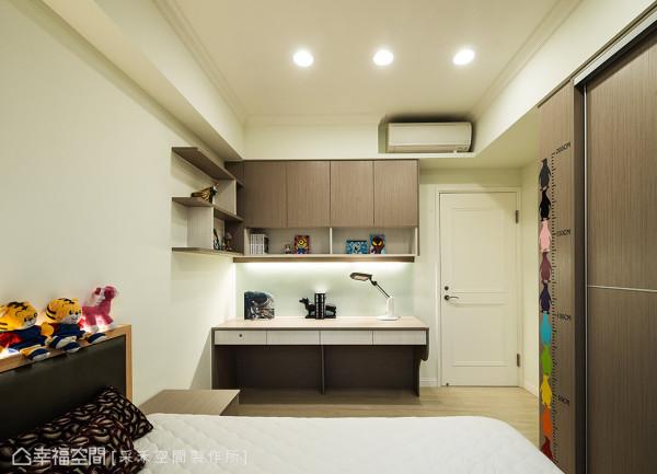 在简约、干净的空间里,运用木纹打造收纳柜与层板,加上俏皮且活泼感的玩具摆设,营造温馨且舒适的氛围。