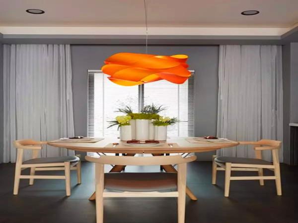 橘色的餐厅吊灯造型也别致。