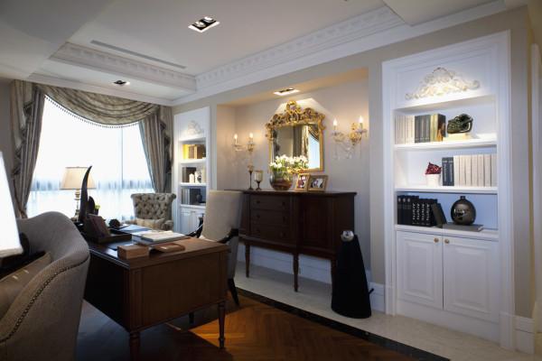 书房的设计:简单的书桌,白色的书柜,空间利用率较高,且实用性较强