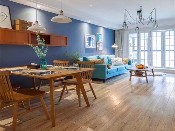 餐厅客厅相连的背景墙刷成了深蓝色,在软装没进场的时候确实非常深,配上软装家具之后效果不错。