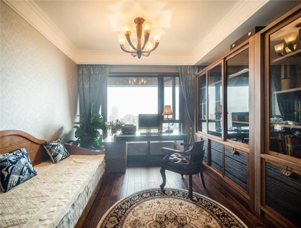 顶墙定制的实木书柜,透明玻璃门框让丰富的藏书一览无余。地柜运用黑色拉丝饰面,配合原木柜框包边,整体效果沉稳而内蕴丰厚。
