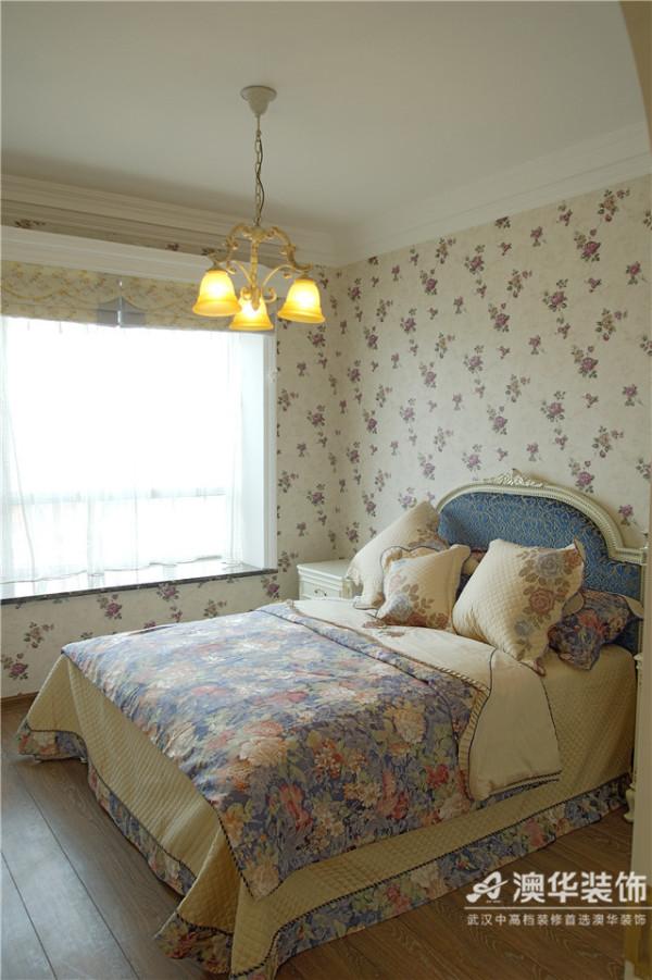 碎花纹式的壁纸与帐幔充斥着整个房间,配上一幅浪漫的法国油画,温馨、舒适,却又隐隐散发着一种平易近人的华丽感。