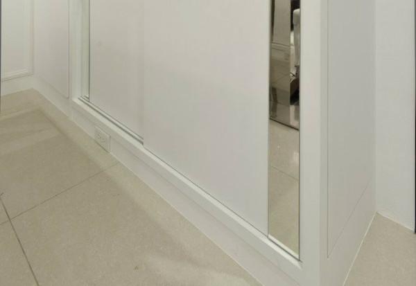 电器插座预留、可兼作鞋柜使用的柜体,精算后的高度亦可依屋主习惯改以吧台使用。
