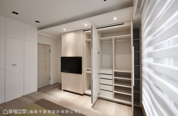 系统衣柜结合电视墙的设计,确实掌握屋主预算与生活的机能性。