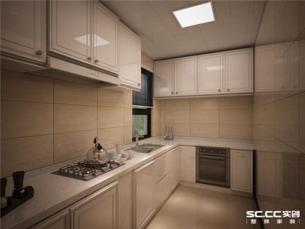 厨房整体橱柜选用白色,配合暖色系墙地砖,与这种温馨饱满的感觉  相呼应,又是整个厨房看起来干净明亮。