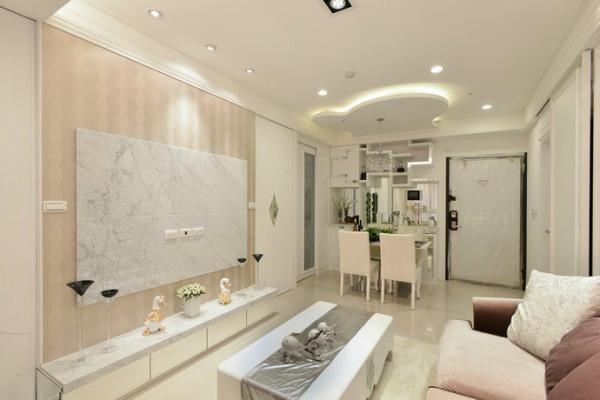 甫入门空间里可见镜面切割组成的净白柜体,明亮折射度搭配烤漆,具体呈现精品般展示功能亦带出视觉亮点。