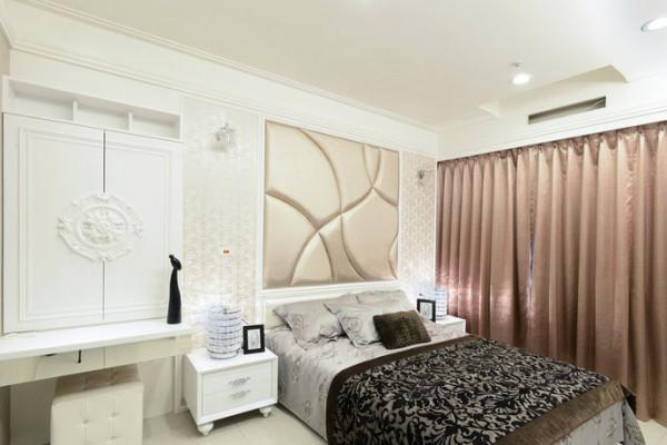 承袭着公领域风格表现,主卧床头以珠光香槟金色裱布轻舞女性律动。