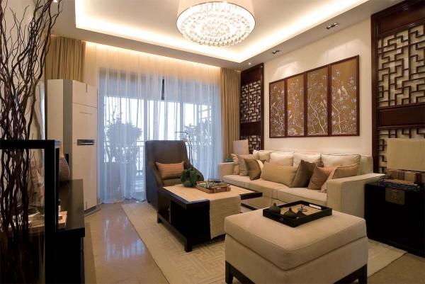 客厅:简单得利索的规划,宽阔的空间,视觉舒展放松,现代化的设备、深木色玻璃装饰墙面、金色的天花、精致的吊灯,一切都那么和谐舒适。